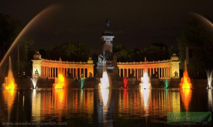 El estanque y el monumento a Alfonso XII de noche en el Parque del Retiro, Madrid, España.